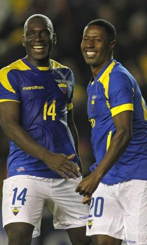 5.mar.2014 - Édison Méndez (d) comemora após marcar o gol que definiu a vitória por 4 a 3, de virada, do Equador sobre a Austrália em amistoso disputado em Londres