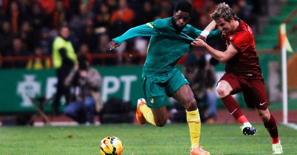 5.mar.2014 - Fábio Coentrão (d) tenta conter o avanço do camaronês Alex Song durante a goleada de 5 a 1 de Portugal em amistoso disputado em Leiria (Portugal)