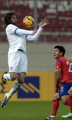 5.mar.2014 - Georgios Samaras, da Grécia, domina a bola durante a derrota por 2 a 0 para a Coreia do Sul em amistoso disputado em Pireus (Grécia)