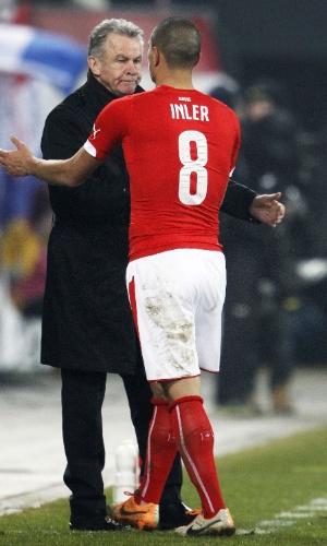 5.mar.2014 - Gökhan Inler cumprimenta Ottmar Hitzfeld, treinador da Suíça, após o empate por 2 a 2 com a Croácia em amistoso disputado em St. Gallen (Suíça)