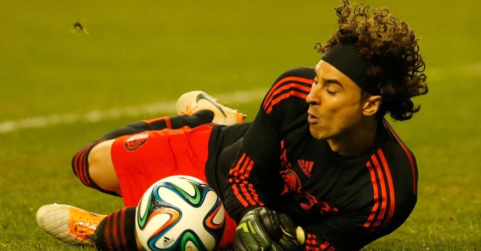 5.mar.2014 - Guillermo Ochoa, goleiro do México, faz uma defesa durante o empate sem gols com a Nigéria, em amistoso disputado em Atlante (EUA)