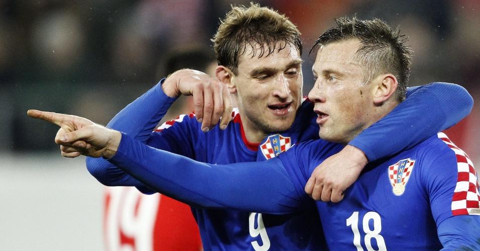 5.mar.2014 - Ivica Olic (d) é abraçado por Nikica Jelavic após marcar um dos gols da Croácia no empate por 2 a 2 com a Suíça em amistoso disputado em St. Gallen (Suíça)