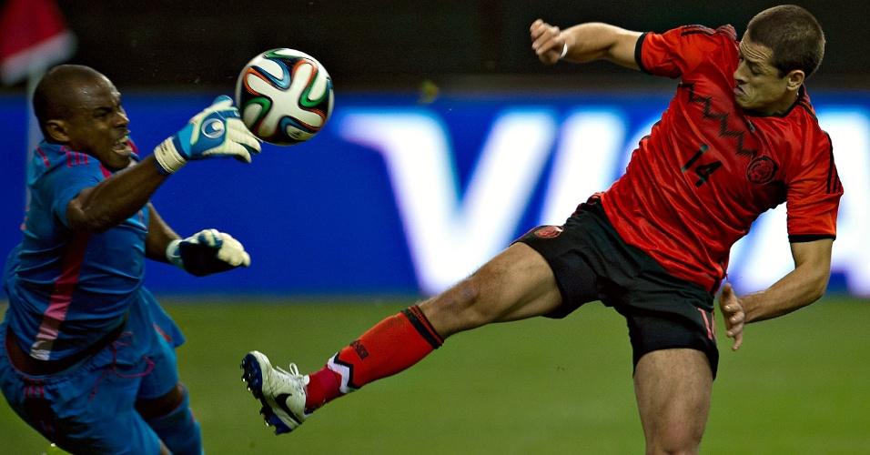 5.mar.2014 - Javier 'Chicharito' Hernández, do México, disputa a bola com o goleiro nigeriano Vincent Enyeama durante o empate sem gols em amistoso disputado entre as duas seleções em Atlanta (EUA)