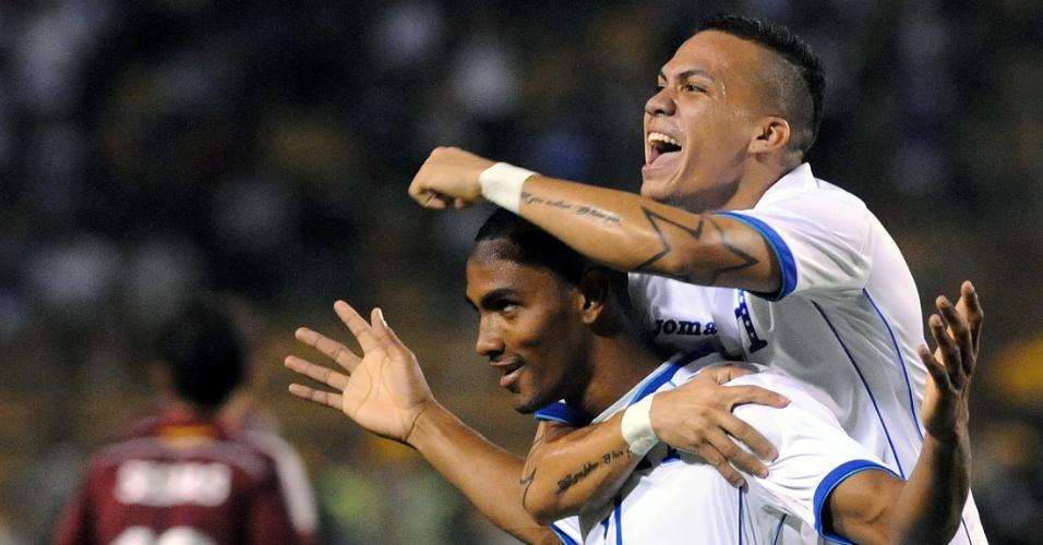 5.mar.2014 - Jerri Bengtson (e) é abraçado por Arnold Peralta após marcar um dos gols de Honduras na vitória por 2 a 1 sobre a Venezuela em amistoso disputado em San Pedro Sula (Honduras)