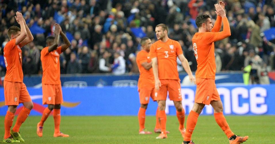 5.mar.2014 - Jogadores da Holanda aplaudem na saída do gramado do Stade de France, mesmo após a derrota por 2 a 0 para a França em amistoso