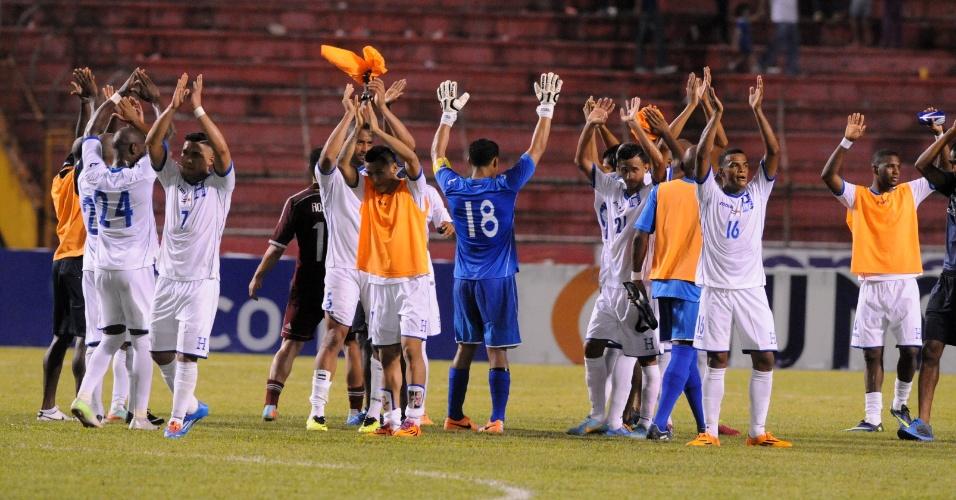 5.mar.2014 - Jogadores de Honduras agradecem à torcida após a vitória por 2 a 1 sobre a Venezuela em amistoso disputado em San Pedro Sula (Honduras)