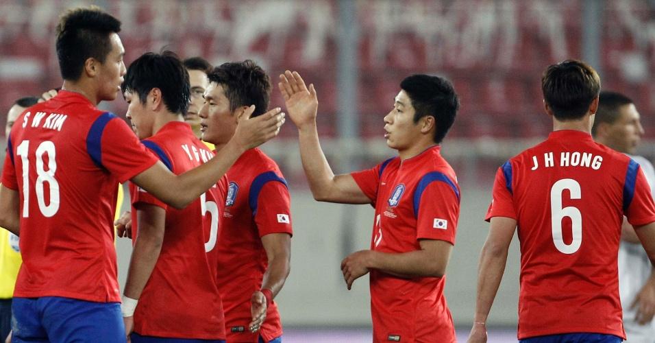 5.mar.2014 - Jogadores sul-coreanos se cumprimentam após a vitória por 2 a 0 sobre a Grécia em amistoso disputado em Pireus (Grécia)