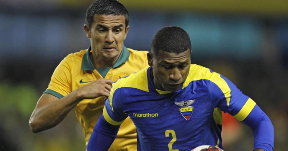5.mar.2014 - Jorge Guagua (à frente), do Equador, domina a bola mesmo marcado por Tim Cahill, da Austrália, em amistoso disputado em Londres; equatorianos ganharam por 4 a 3