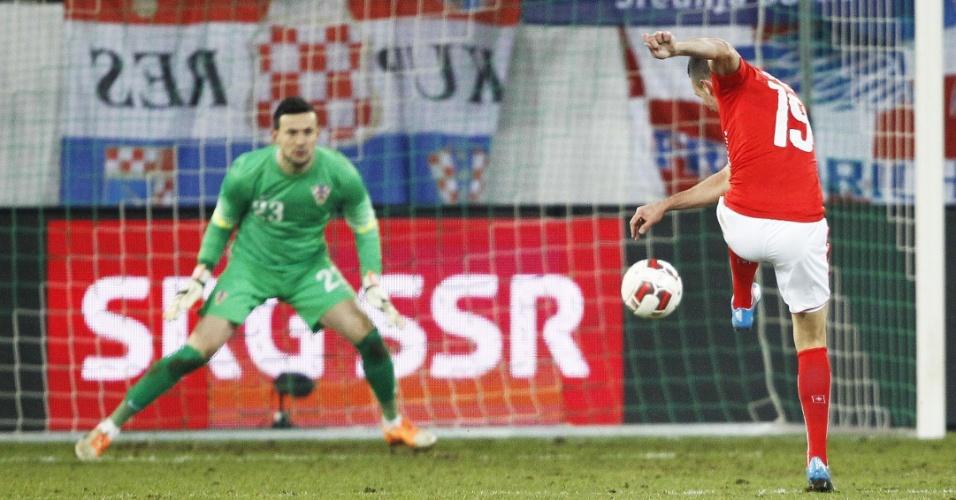 5.mar.2014 - Josip Drmic chuta para marcar um dos gols da Suíça no empate por 2 a 2 com a Croácia em amistoso disputado em St. Gallen (Suíça)