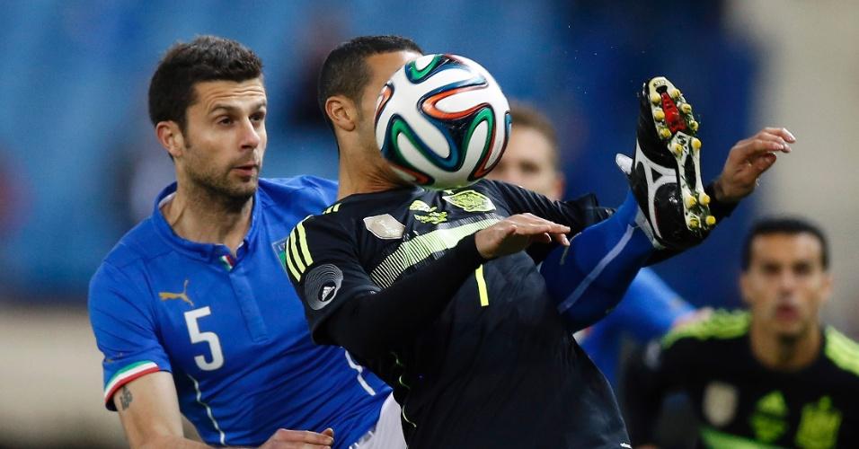 5.mar.2014 - Marcado por Thiago Motta, da Itália, Thiago Alcântara domina a bola durante a vitória por 1 a 0 da Espanha em amistoso disputado em Madri