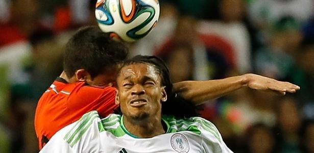 Michael Uchebo, da Nigéria, disputa jogada pelo alto com o mexicano Diego Reyes durante o empate sem gols entre as duas seleções, em amistoso disputado em Atlanta (EUA) (5.mar.2014).