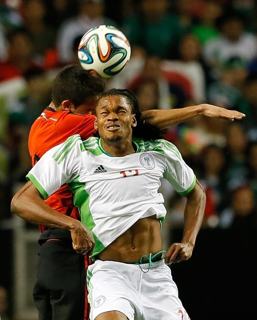 5.mar.2014 - Michael Uchebo, da Nigéria, disputa jogada pelo alto com o mexicano Diego Reyes durante o empate sem gols entre as duas seleções, em amistoso disputado em Atlanta (EUA)