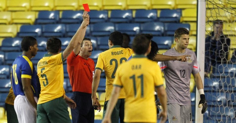 5.mar.2014 - Mitch Langerak, goleiro da Austrália, é expulso durante a derrota por 4 a 3, de virada para o Equador em amistoso disputado em Londres