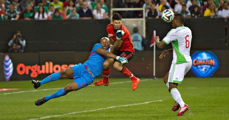 5.mar.2014 - Oribe Peralta, do México, choca-se com o goleiro nigeriano Austin Ejide durante o empate sem gols no amistoso disputado entre as duas seleções em Atlanta (EUA)