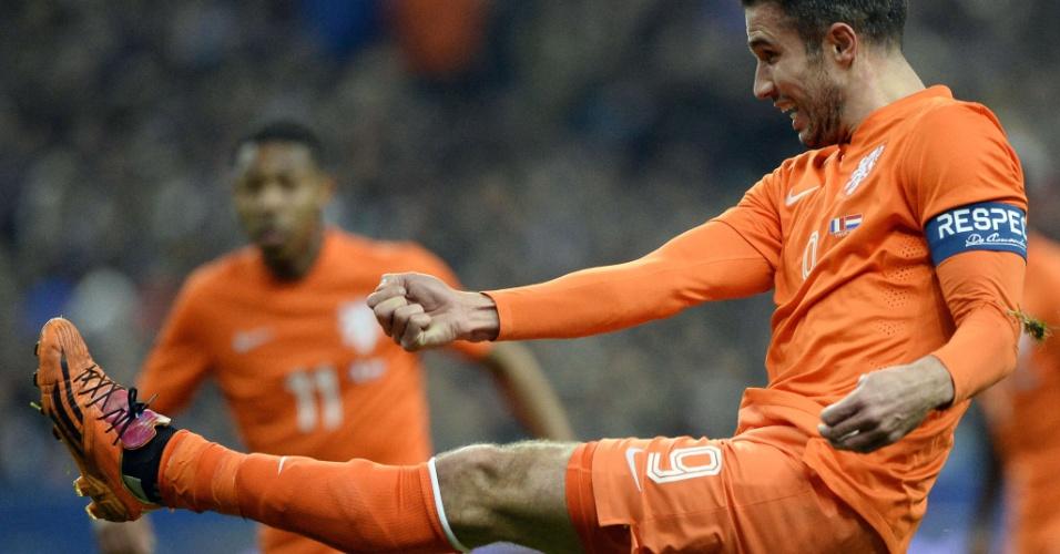 5.mar.2014 - Robin van Persie, da Holanda, arrisca um chute durante a derrota por 2 a 0 para a França em amistoso disputado no Stade de France