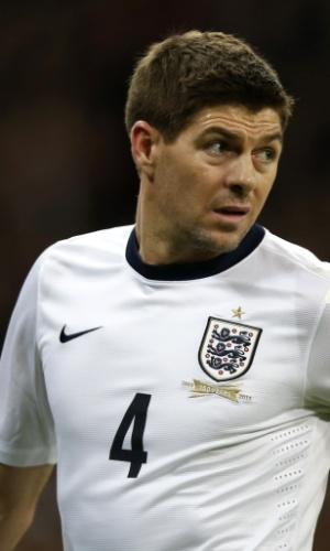 5.mar.2014 - Steven Gerrard observa seus companheiros durante a vitória por 1 a 0 da Inglaterra sobre a Dinamarca em amistoso disputado em Wembley