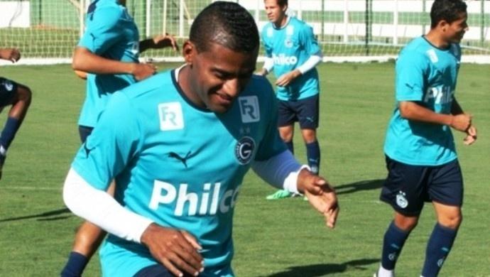 Rychely, atacante do Goiás, participa de treinamento