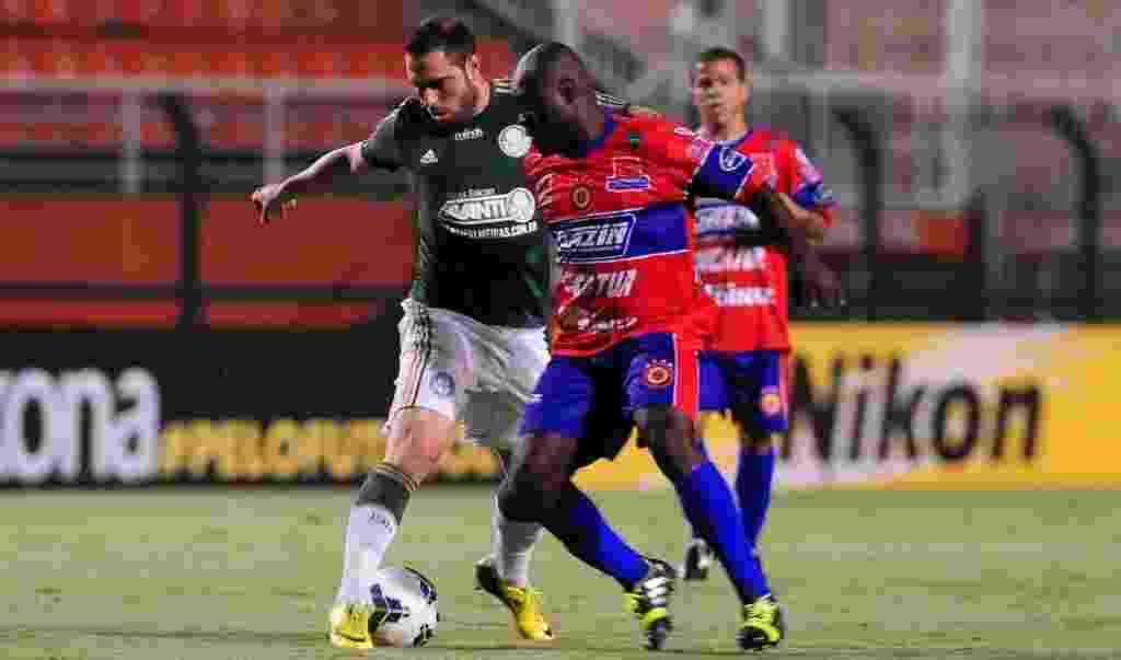 02.04.14 - Bruno César encara a marcação do Vilhena na partida do Palmeiras pela Copa do Brasil - Junior Lago/UOL