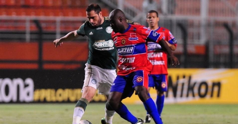 02.04.14 - Bruno César encara a marcação do Vilhena na partida do Palmeiras pela Copa do Brasil