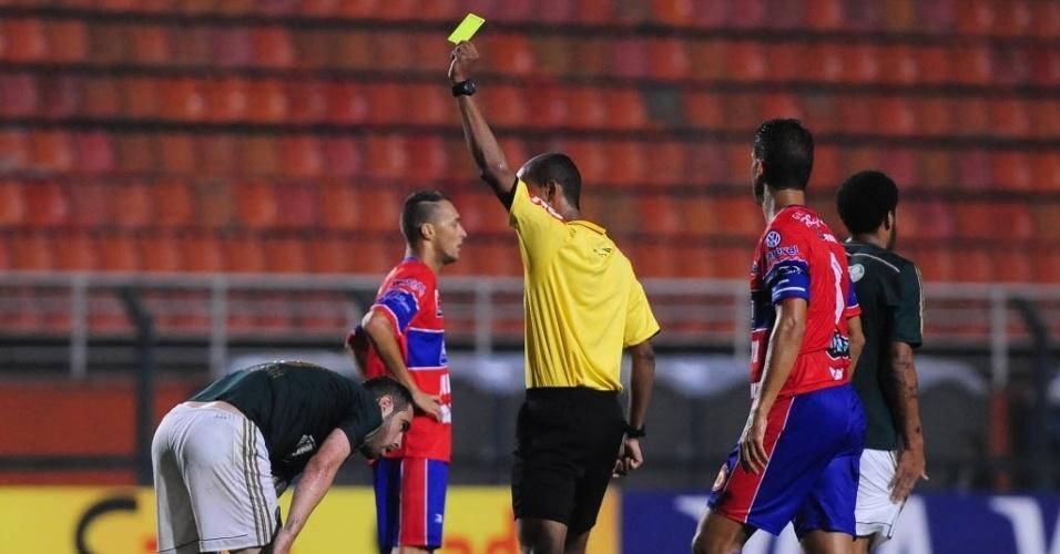 02.04.14 - Bruno César recebe cartão amarelo após cometer falta na partida entre Palmeiras e Vilhena pela Copa do Brasil