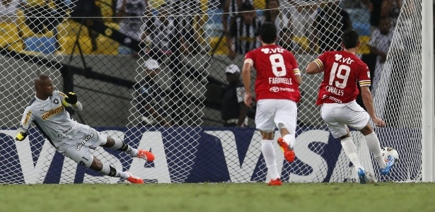 Em 2014, Canales marcou de pênalti e complicou a situação do Botafogo no torneio