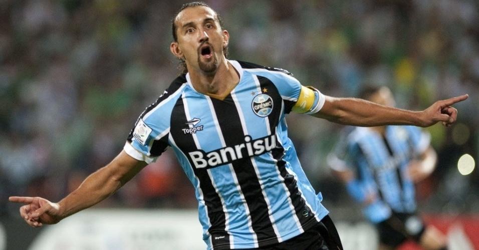 02.abr.2014 - Barcos comemora o segundo gol do Grêmio sobre o Atlético Nacional, pela Libertadores