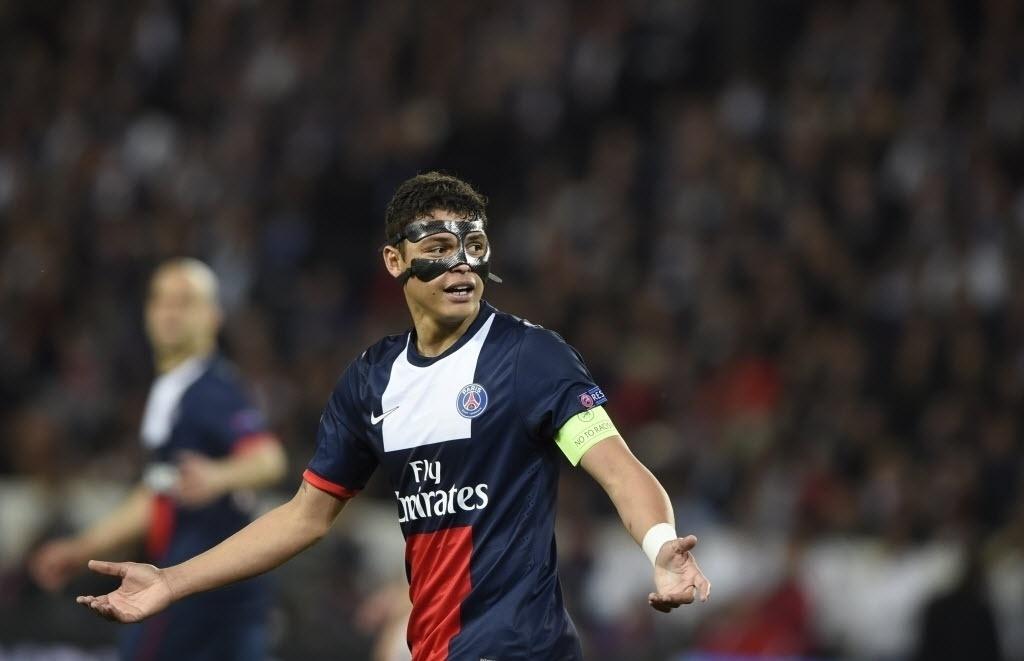 02.abr.2014 - Brasileiro do PSG, Thiago Silva reclama de lance na partida contra o Chelsea pelas quartas de final da Liga dos Campeões