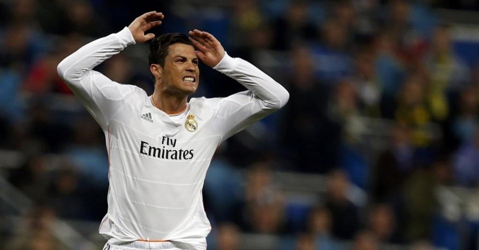 02.abr.2014 - Cristiano Ronaldo fica nervoso na partida entre Real Madrid e Borussia Dortmund pela Liga dos Campeões