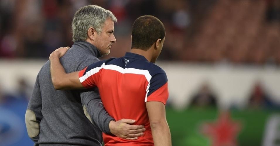 02.abr.2014 - Técnico do Chelsea, José Mourinho abraça brasileiro Lucas, do PSG, antes da partida entre as duas equipes pelas quartas da Liga dos Campeões