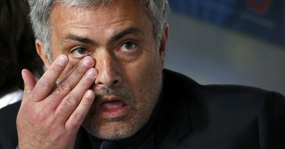 02.abr.2014 - Técnico José Mourinho coça o olho enquanto assiste ao jogo entre PSG e Chelsea pelas quartas de final da Liga dos Campeões