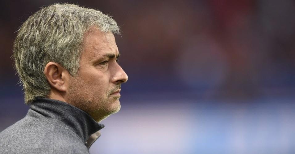 02.abr.2014 - Técnico José Mourinho observa o aquecimento dos atletas antes da partida entre PSG e Chelsea pelas quartas de final da Liga dos Campeões