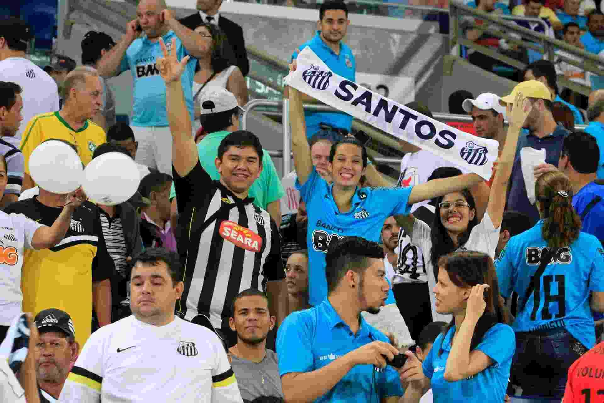 02.abr.2014 - Torcedores do Santos apoiam o time antes do jogo contra o Mixto na Arena Pantanal - Edson Rodrigues/Secopa-MT
