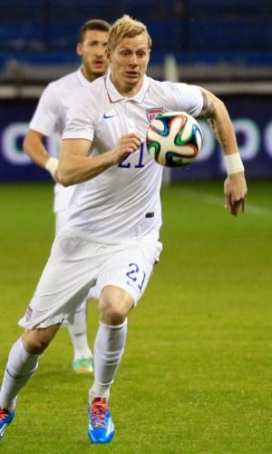 5.mar.2014 - Breyk Shea tenta levar os EUA para o ataque em lance do amistoso contra a Ucrânia em Larnaca (Chipre); ucranianos venceram por 2 a 0