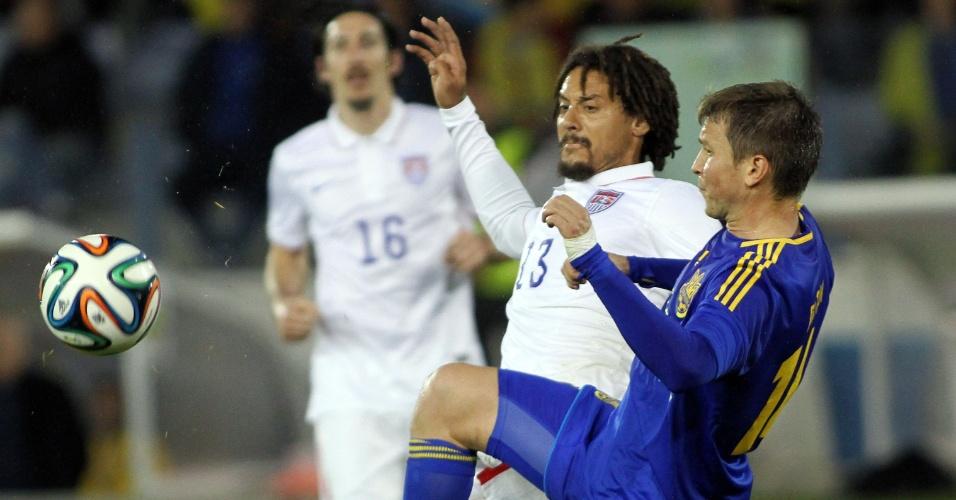 5.mar.2014 - Jermaine Jones (e), dos Eua, briga pela bola com o ucraniano Denys Garmash durante amistoso realizado em Larnaca (Chipre); Ucrânia venceu por 2 a 0
