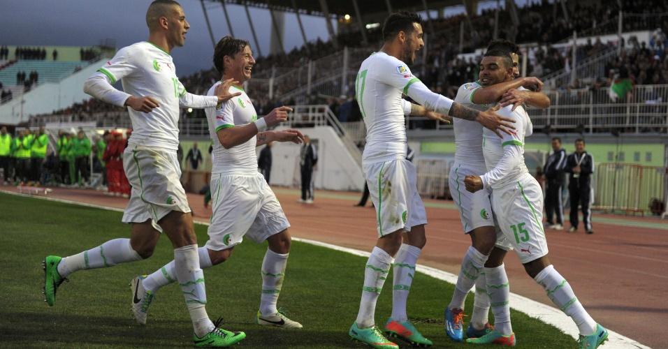 5.mar.2014 - Jogadores argelinos comemoram um dos gols da vitória por 2 a 0 sobre a Eslovênia em amistoso disputado em Blida (Argélia)