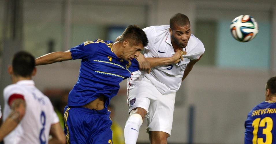 5.mar.2014 - Oguchi Onyewu (d), dos EUA, briga pela bola com o ucraniano Yevhen Khachiridi, em amistoso disputado em Larnaca (Chipre); Ucrânia venceu por 2 a 0