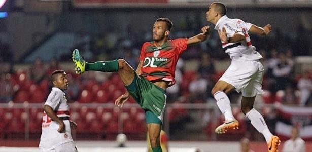 O atacante Leandro (centro), que estava na Lusa, confirmou acerto com a Chapecoense