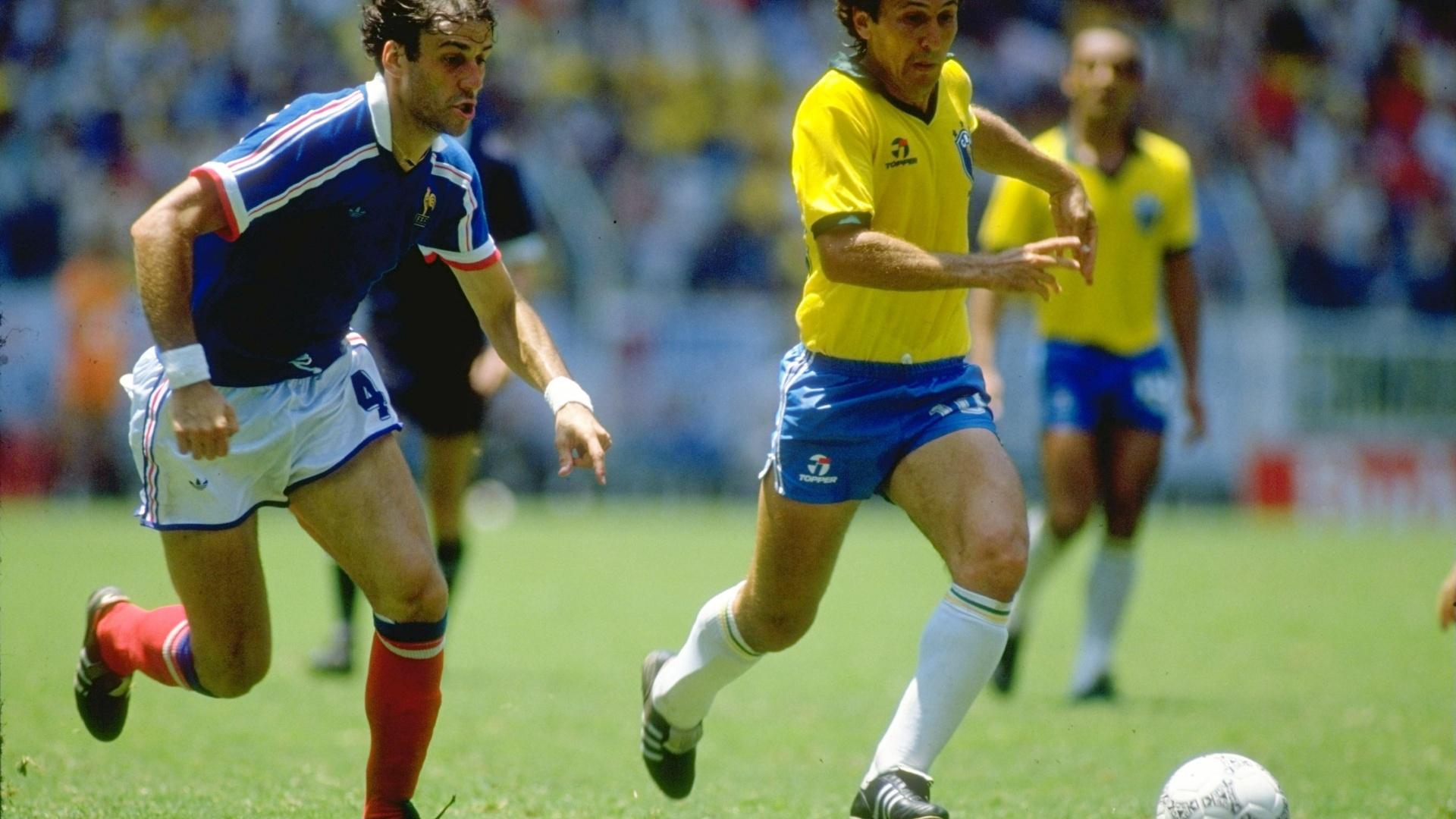 Zico carrega a bola em duelo contra a França pela Copa do Mundo de 1986