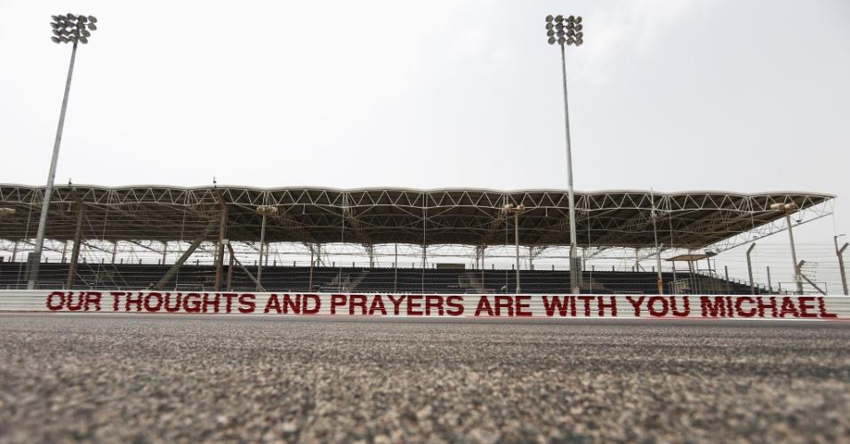 03.04.14 - Circuito do Bahrein, que já batizou uma curva com o nome de Michael Schumacher, fez uma homenagem ao piloto antes do GP de F1: