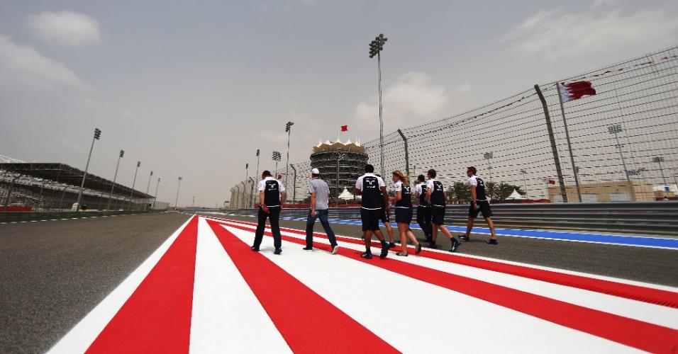 03.04.14 - Equipe Williams anda pela pista do Bahrein na quinta-feira antes do GP de F1