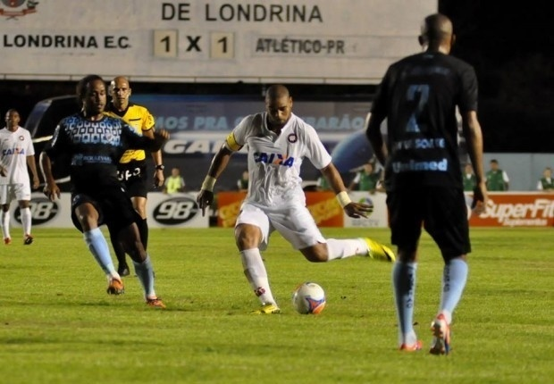 03.abr.2014 - Adriano prepara o chute durante o jogo entre Atlético-PR e Londrina, pelo Campeonato Paranaense