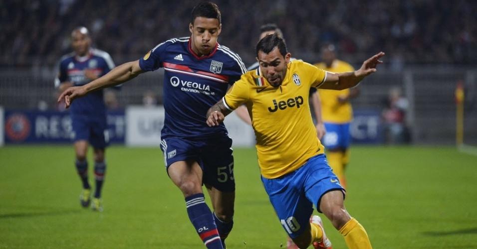 03.abr.2014 - Atacante da Juventus, Tevez (à dir.) sofre marcação de Tolisso, do Lyon, pelas quartas de final da Liga Europa