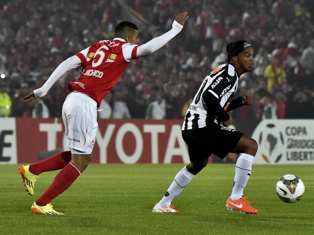 3.abr.2014 - Ronaldinho Gaúcho tenta jogada para o Atlético-MG contra o Independiente Santa Fe na Colômbia
