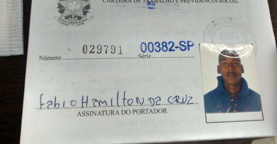 A carteira profissional de Fabio da Cruz, morto no canteiro de obras do Itaquerão