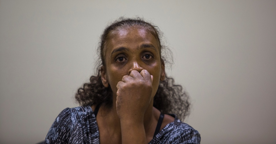 Sueli Dias durante entrevista coletiva em que falou sobre a morte do filho nas obras do Itaquerão