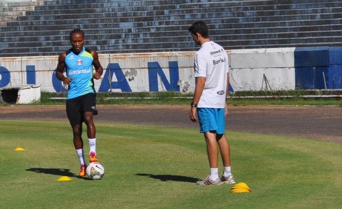 04 abr 2014 - Zé Roberto volta a treinar no campo após lesão pelo Grêmio