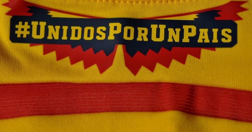 Colômbia - Camisa amarela - detalhe da gola