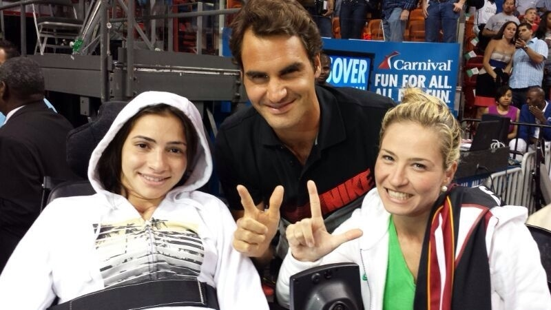 Laís Souza se encontra com o tenista Roger Federer durante um jogo de basquete em Miami