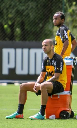 5 abril 2014 - Diego Tardelli descansa um pouco durante treino do Atlético-MG, na Cidade do Galo