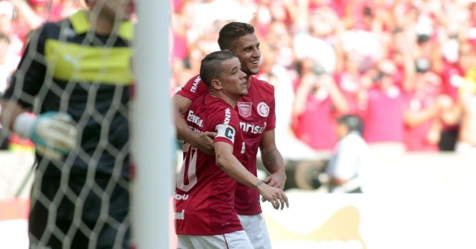 06.abr.2014 - D'Alessandro comemora com Rafael Moura após marcar para o Internacional contra o Peñarol. O Colorado venceu por 2 a 1